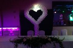 Hochzeitsdekoration mit großem Herz aus Ballons