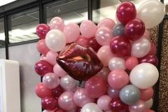 Wand aus Ballons als Fotohintergrund für Hochzeitsfeier