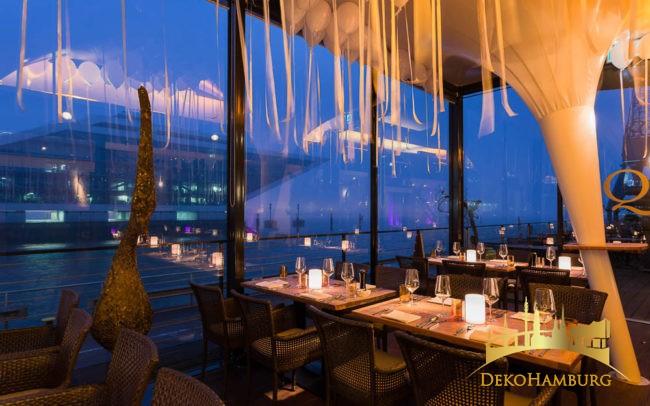 Hafenblick im dekorierten Restaurant
