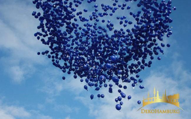 Nivea Ballontraube ist in den Himmel aufgestiegen
