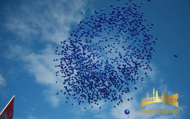 Ballonrelease Nivea Ballons vor blauem Himmel