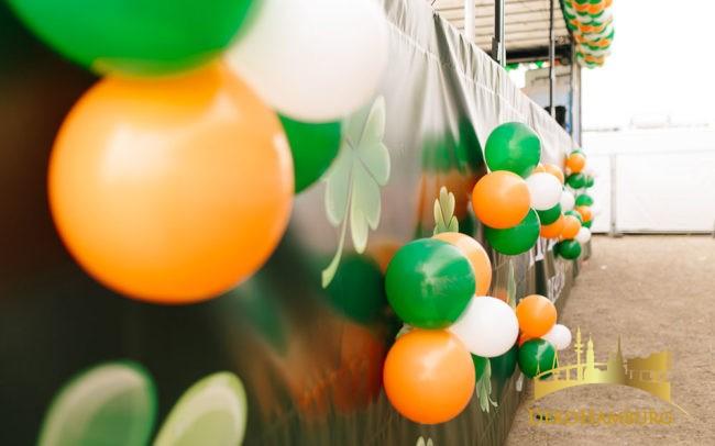 Luftballons an Partytruck