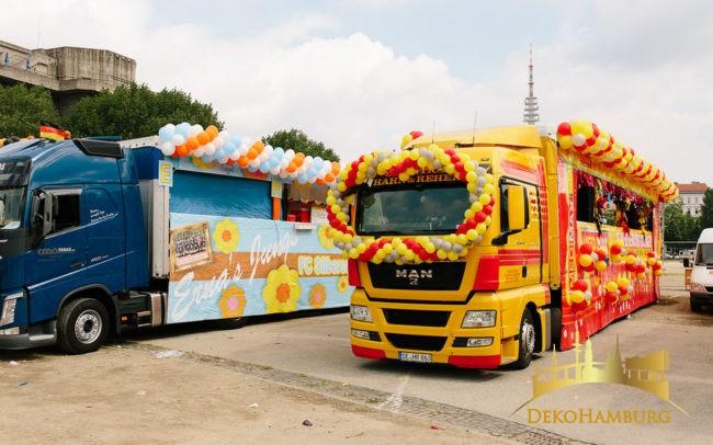 Geschmückte Trucks mit Luftballonbrillen