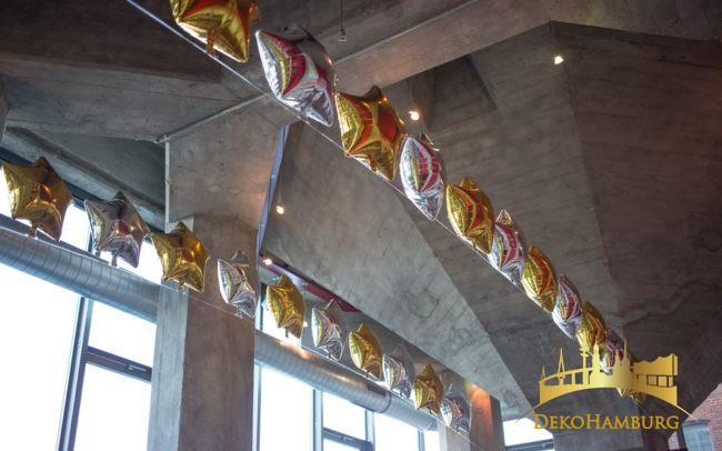 Ballongirlanden in gold-silber an der Decke