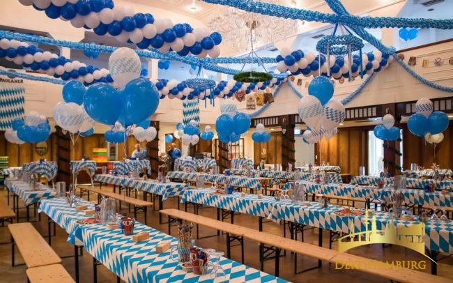 Blau-weiße Ballondekoration zum Oktoberfest