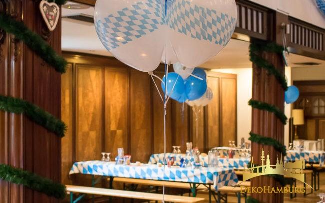 Ballonstraus mit Gewicht auf Biertisch in Festsaal