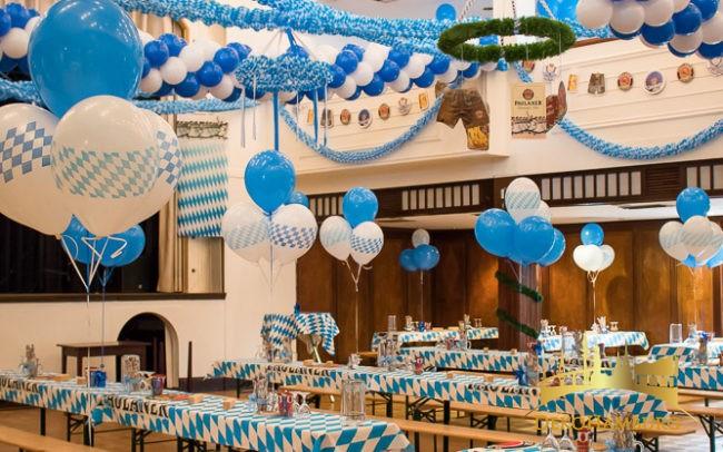 Festsaal dekoriert mit blau weißen Luftballons