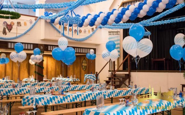 Dekorierte Biertische mit Luftballons