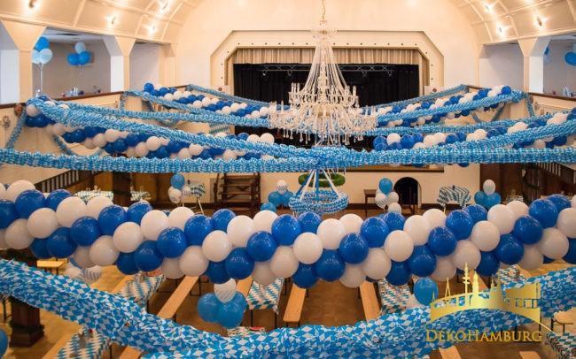 Ballongirlande weiß blau in Festsaal