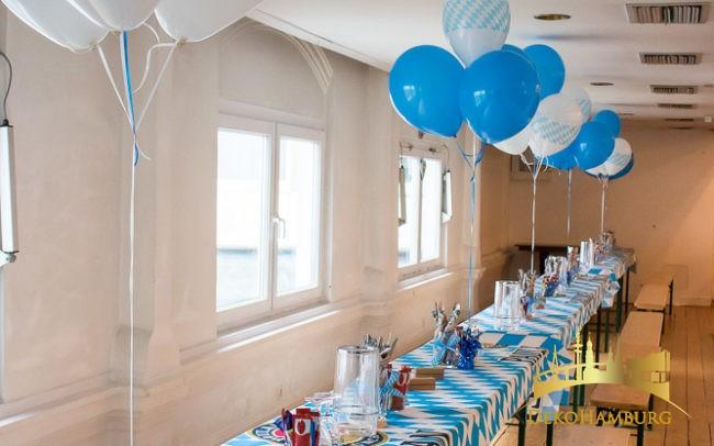 Ballonsträuße auf dekorierten Biertischen