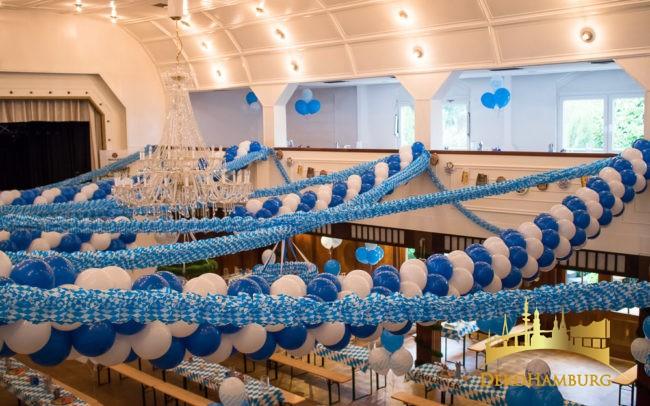 Ballongirlanden und Papiergirlanden in blau-weiß