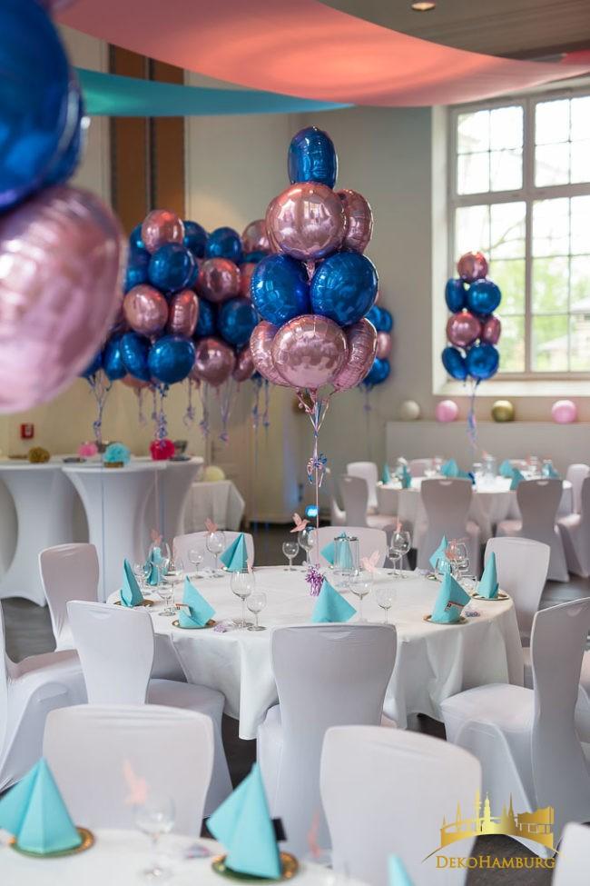 Dekorierte Tische mit Ballons auf Bat Mitzwa Feier