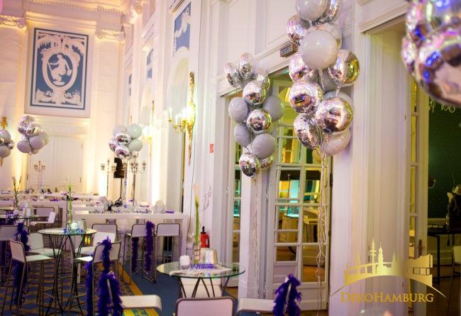 Folienballons in silber und weiß als Silvesterdekoration von dekohamburg.de